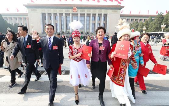 新疆代表参加党的十九大闭幕会特写