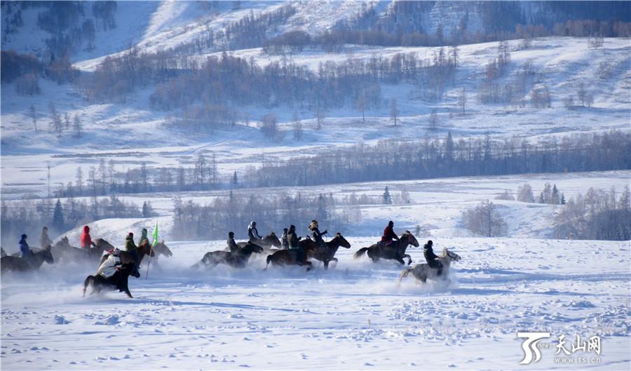 游客激情泼雪,尽享雪中乐趣。   天山网喀纳斯讯(记者崔导胜摄影报道)和小伙伴们互相泼雪,寻找儿时的记忆,纵身跳入厚厚的雪中瞬间被淹没2018年1月1日,第十届新疆喀纳斯冰雪风情旅游季暨首届禾木国际泼雪狂欢节在禾木景区开幕。当天除了举办热闹的跳雪、泼雪狂欢活动外,古老皮毛滑雪赛、雪地赛马、雪地拾银、姑娘追、叼羊等15项雪上活动精彩上演,吸引了疆内外万余名游客参与,乐享其中。