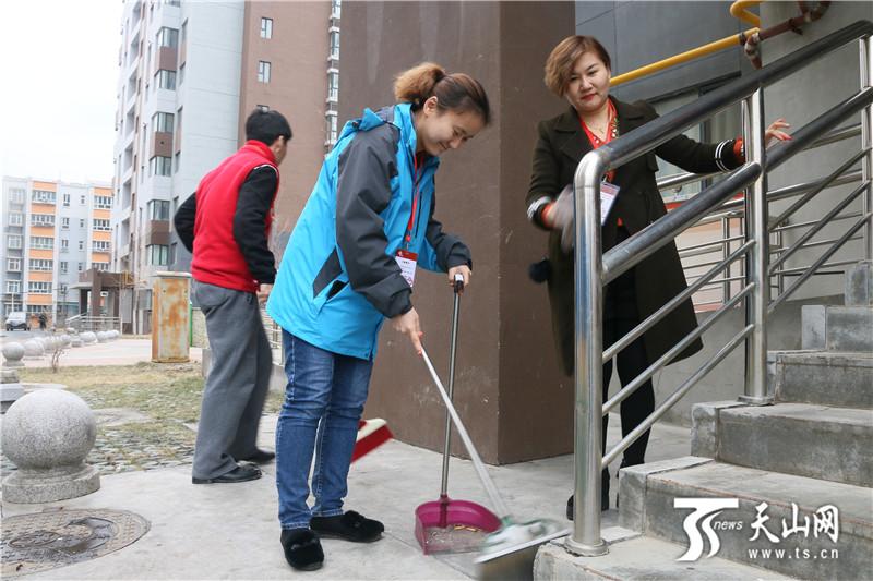 """澳门线上赌博注册:""""访惠聚""""驻村工作队为居民美化环境"""
