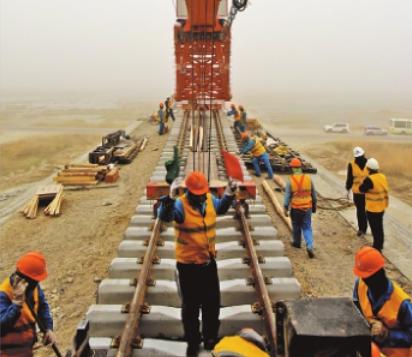 格库铁路最长特大桥开始铺轨(图)