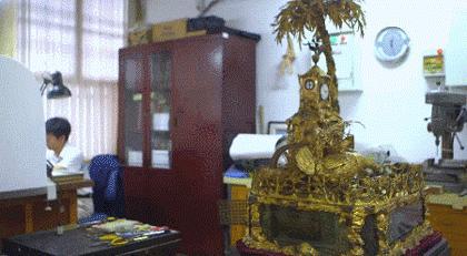 """金沙线上娱乐官网:故宫""""男神""""揭秘文物修复过程_修钟竟然这么复杂"""