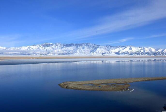 """赛里木湖清澈如""""天空之镜"""""""
