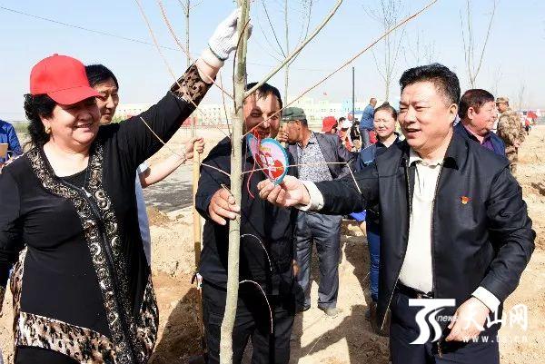 米东区2万名各族干部群众参加义务植树活动