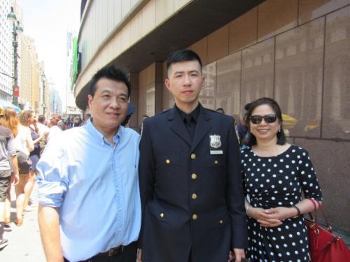 澳门国际娱乐赌博:美纽约市警迎726名新成员_2华裔小伙誓为社区服务