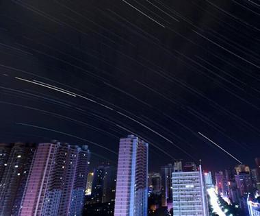星轨下的库尔勒夜景