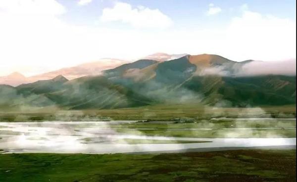 郭煌旅游 【云游新疆】韩寒在巴音布鲁克草原发现最美赛道,来这里拍摄新片!