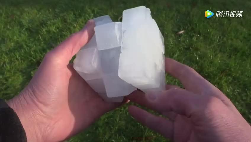 老外用冰块做了一个魔方 玩的时候有点儿冻手