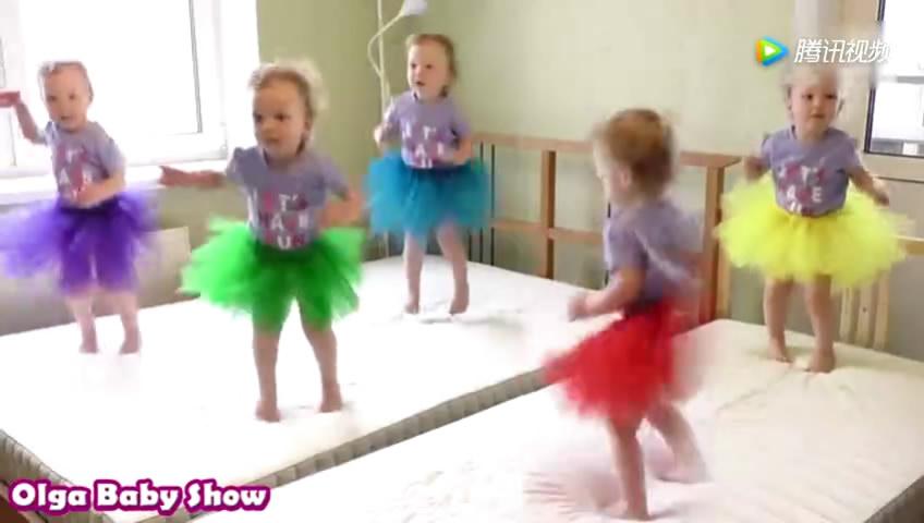 五胞胎穿上漂亮的衣裙,齐刷刷的跳舞 萌翻了!