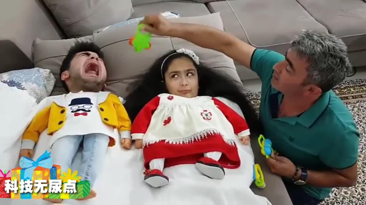 两个可爱宝宝争奶嘴和棒棒糖 心疼奶爸十分钟