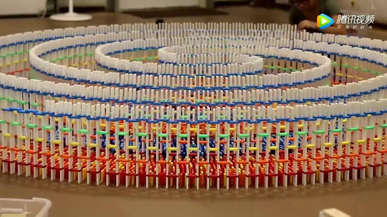 1万块多米诺堆砌成的骨牌效应,推倒看着美如画!