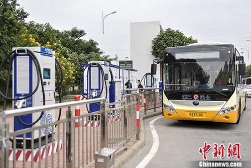 资料图:公交充电桩为120千瓦一机双枪大功率直流充电机,可以满足30辆公交车日常运营。 中新社记者 陈骥旻 摄