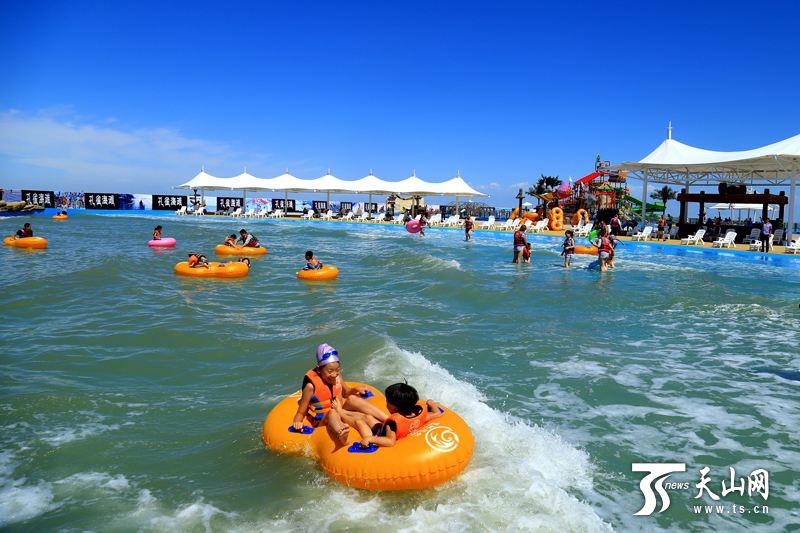 游客在巴音郭楞蒙古自治州博湖县博斯腾湖景区戏水.年磊摄
