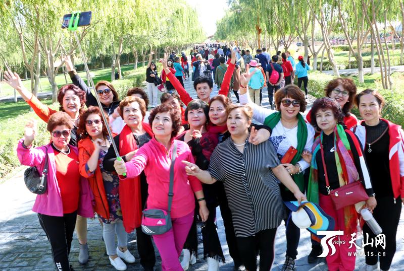 """""""十一""""期间新疆接待国内游客1021万人次 总消费142亿元"""