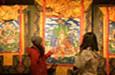 四川炉霍唐卡画吸引参观者