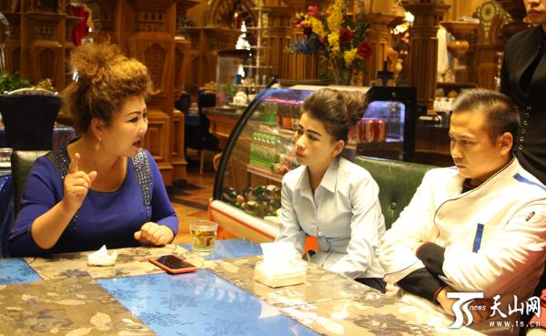 阿依木尼沙 · 麦麦挑在餐厅里给员工开会。