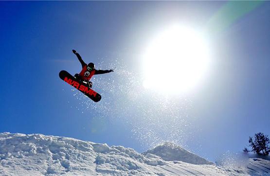 【高清组图】阿勒泰市将军山滑雪场吸引八方来客