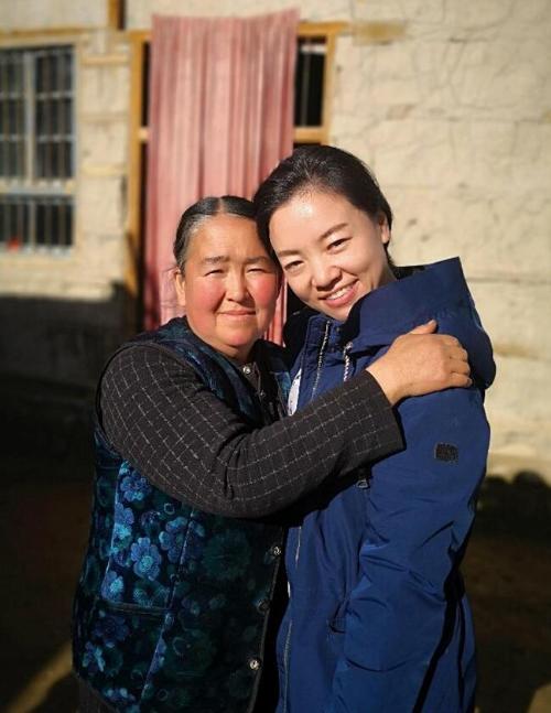 刘娟(右)和屯尼萨汗 · 阿卜都瓦依挑