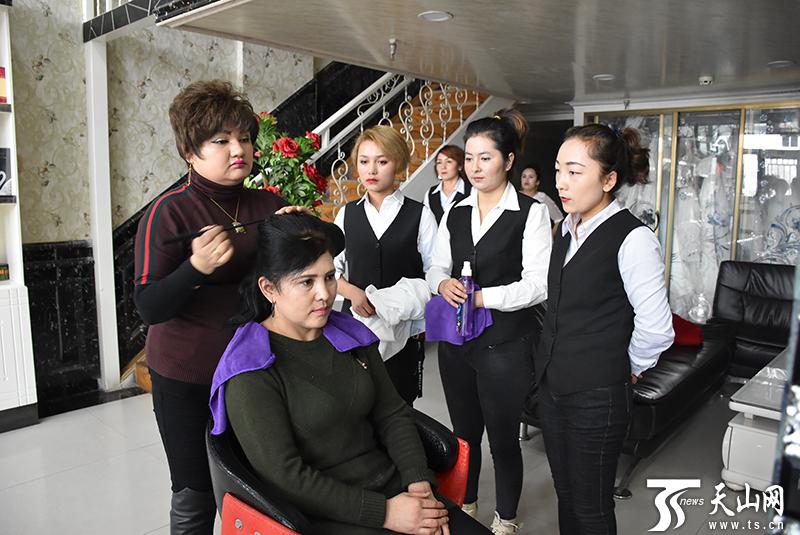 阿尔孜古丽在给店员做示范,讲解美容美发美妆技巧。