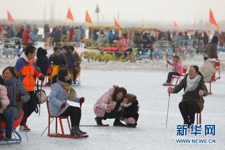 旅游过大年:游客体验新疆博斯腾湖冰雪活动