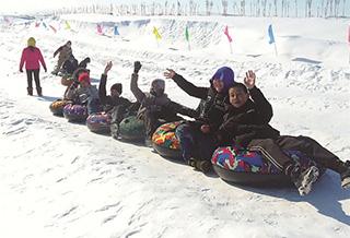 冬季旅游热起来 滑雪场里乐趣多