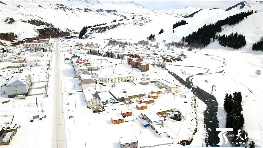 新疆南部河流冰雪融化景色迷人