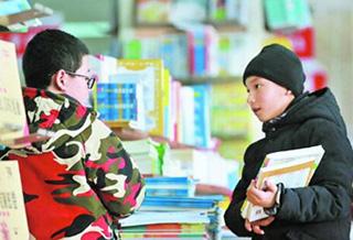 乌鲁木齐:学生挑选教辅书做好开学准备