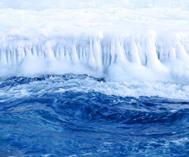 天山冰河解冻绿波荡漾