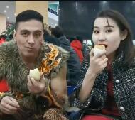 来看看和田夜市的烤蛋
