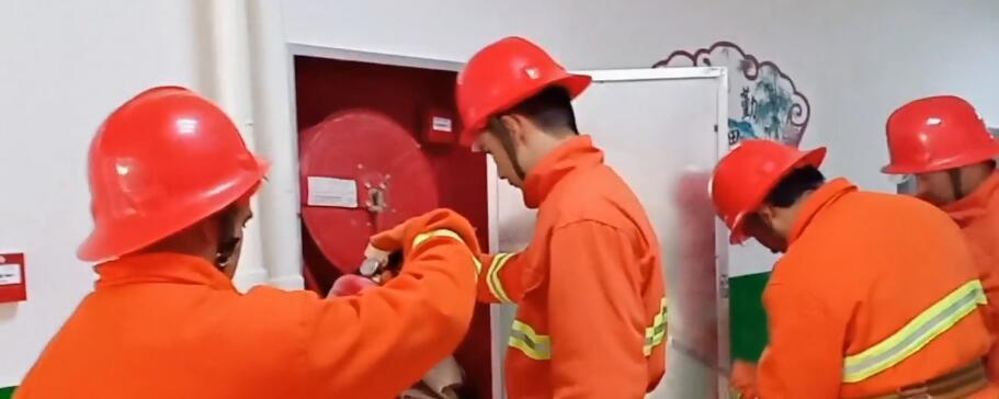 我们教培中心学生组织的消防队在做安全检查,排查隐患!!