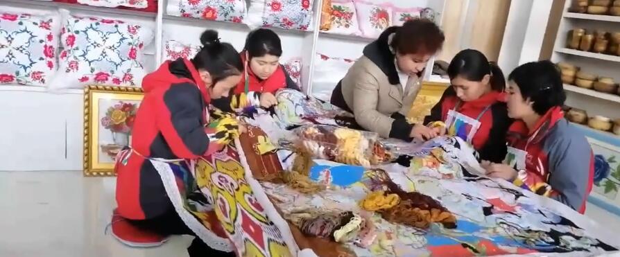 学生们在学习刺绣