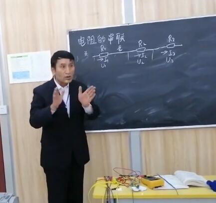 电工理论课上大家很认真的在听课