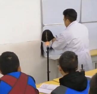 老师:帮我也做个发型呗