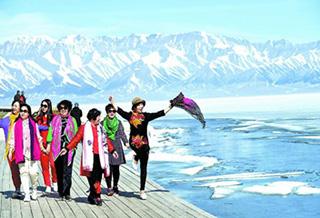赛里木湖景区迎来春季旅游小高峰