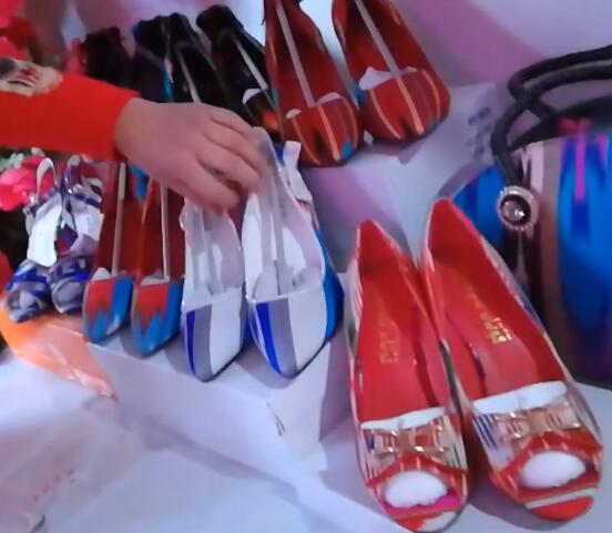 毕业学员设计了很多好看的包包和鞋子