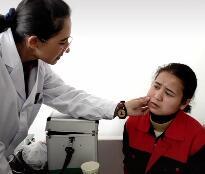学员生病了校医务室的老师帮她看病