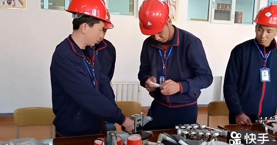我们教培中心的电工班在上课
