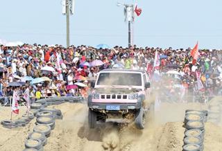 在塔克拉玛干沙漠观赛事过节