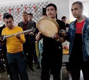 一组民族乐器表演