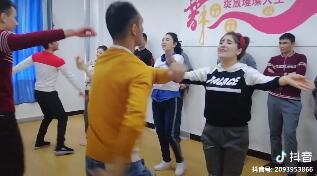 #舞蹈 仔细一看,学员们都是边唱边跳呢
