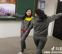 学员自己唱,自己跳舞