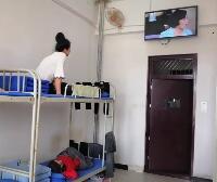 女生宿舍日常看电视
