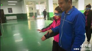 #课堂游戏 信任游戏还在继续,学员摘下眼罩的那一瞬间