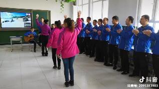男学员唱歌伴奏,女学员跳舞