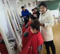 去美容美发室看看学员们在干什么