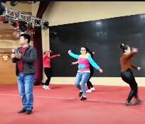 男学员唱歌,有女学员伴舞