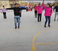 学员在操场上练舞