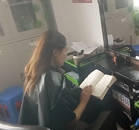 美女老师在染发,还不忘看书!
