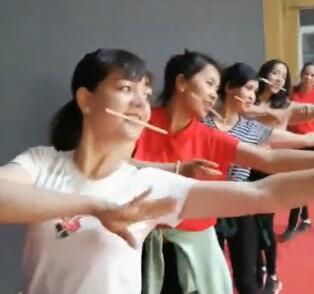 看我们文艺班的女生多会跳舞