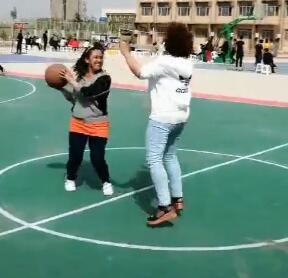 女生打篮球也很棒 传的棒