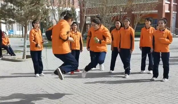 同学们要多多练习啊,跳大绳中间不能断